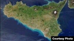 Етна розташована на північному сході Сицилії