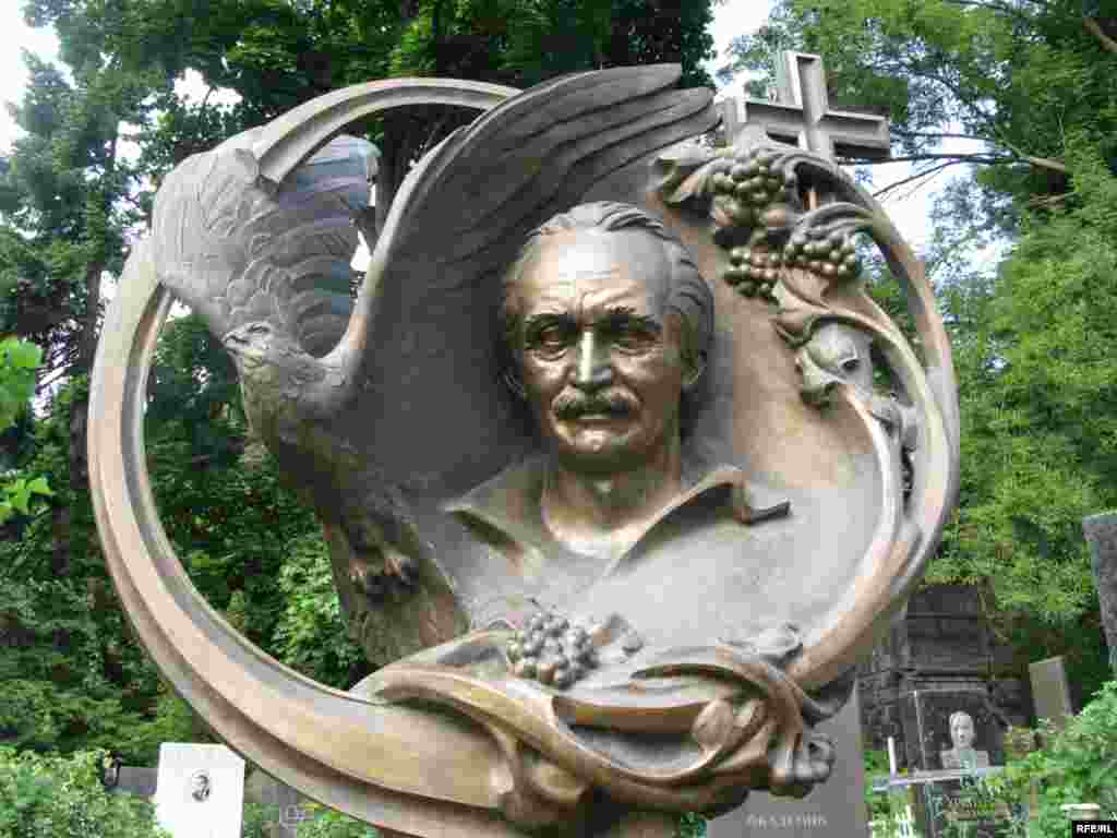 Пам'ятник на могилі В'ячеслава Чорновола на Байковому кладовищі