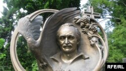 Пам'ятник на могилі В'ячеслава Чорновола на Байковому кладовищі у Києві