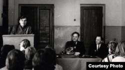 За трыбунай выступае Аляксей Карпюк