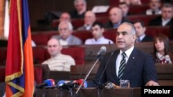 Лидер партии «Наследие» Раффи Ованнисян выступает на съезде партии (архив)