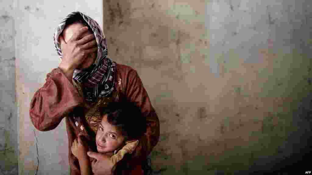 مادر و کودک سوری، در همان روزهای نخست جنگ خانه خود را در حملات هوایی از دست دادند؛ جنگ داخلی سوریه در آستانه ورود به ششمین سال است.