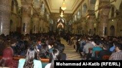 Yragyň Mosul şäherindäki hristian ybadathanasynda katolik dindarlary Pasha doga okaýyşlygyna gatnaşýarlar. Mosul, 31-nji mart, 2013.