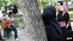 دختر و پسرهای ایرانی در پارکی در تهران