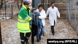 Батыш Казакстан облусу, ууланган баланы ооруканага алып бара жаткан медицина кызматкерлери.