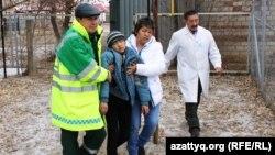 Врачи ведут мальчика после обморока. Село Березовка, 4 декабря 2014 года.