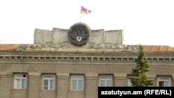 Флаг и герб Нагорного Карабаха на главном здании правительства в Степанакерте