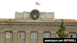 Флаг Нагорного Карабаха на главном здании правительства в Степанакерте
