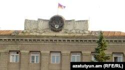 Լեռնային Ղարաբաղի դրոշը և զինանշանը գլխավոր կառավարական շենքի վրա Ստեփանակերտում