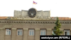 Լեռնային Ղարաբաղի զինանշանը և դրոշը Ստեփանակերտում կառավարական գլխավոր շենքի վրա