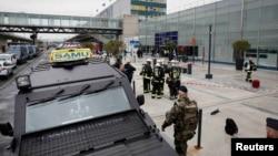Сотрудники безопасности у здания аэропорта в Париже. 18 маррта 2017 года.