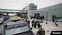 """Ekipet e emergjencës dhe forcat e rendit jashtë aeroportit """"Orly"""" në Paris"""
