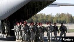 صحنهای از اعزامهای پیشین نیروهای آمریکایی به لتونی. فرودگاه ریگا، ۲۴ آوریل ۲۰۱۴.