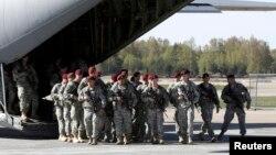 Первая рота из 150 амеркианских десантников, постоянно дислоцирующихся в Италии, из 137 пехотной бригады прибыла в Ригу