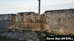 Так выглядит стена ограждения внутри мемориала