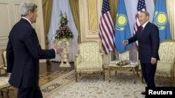 АҚШ мемлекеттік хатшысы Джон Керри мен Қазақстан президенті Нұрсұлтан Назарбаев. Астана, 2 қараша 2015 жыл.