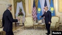 Президент Казахстана Нурсултан Назарбаев и государственный секретарь Джон Керри (слева). Астана, 2 ноября 2015 года.