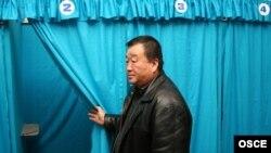 Ташкендеги шайлоо бекетинин биринде. 2007-жылдын 23-декабры, ЕККУ архивинен.
