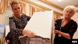 Подсчет бюллетеней на парламентских выборах в Киргизии, 4 октября 2015 года