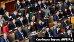 Депутатите в парламента по време на дебата по закона за извънредното положение
