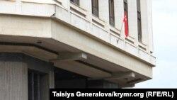 """Советский флаг на здании """"Государственного Совета"""" Крыма"""