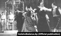 Фінал опэры Дж. Расіні «Сэвільскі цырульнік». Віктар Скарабагатаў — першы справа, 1979 год (Вялікі тэатар Беларусі)