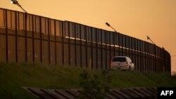 Уряд виявився заблокованим, тому що президент Трамп відмовився підписувати проект бюджету, де не передбачено 5 мільярдів доларів на будівництво стіни на кордоні з Мексикою