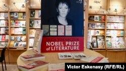 Olga Tokarczuk onorată de editorii ei Noir sur Blanc (Libella)