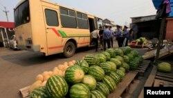 Полиция задерживает мигрантов, торгующих на рынке овощами и фруктами. Красноярск, 7 августа 2013 года.