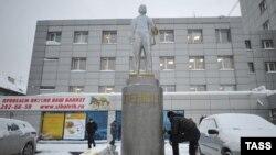 Рабочий отмывает памятник Ленину в Новосибирске, ранее раскрашенный в цвета украинского флага