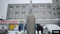 Пам'ятник Леніну в Новосибірську чистять після того, як його обмалювали у синьо-жовте, Росія, 12 грудня 2014 року