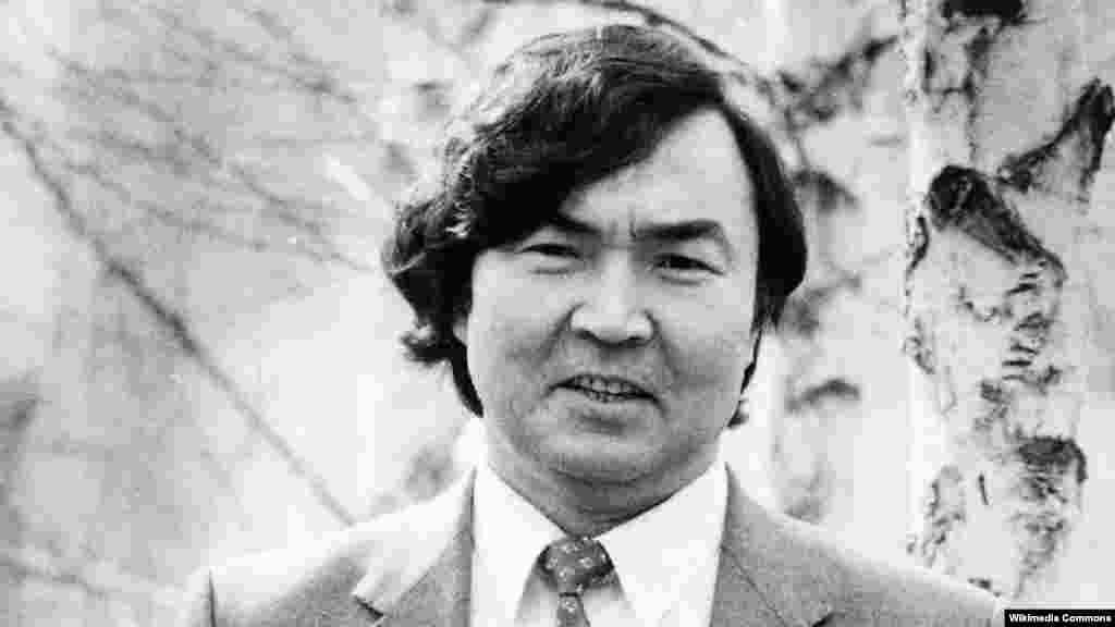 После публикации в 1961 году в газете «Казахстанская правда» поэмы Олжаса Сулейменова (в центре) «Земля, поклонись человеку» ее автор обрел всесоюзную популярность.