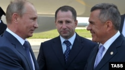 Vladimir Putin (left) with Tatar President Rustam Minnikhanov (right) in Kazan in 2012