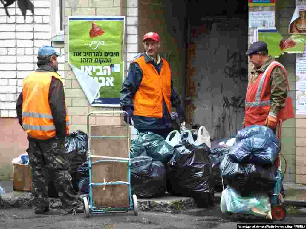 Тим часом уманські прибиральники безперервно вивозять купи сміття. Хасиди зазвичай за собою не прибирають, адже під час шабату будь-яка діяльність окрім молитов та трапези суворо заборонена.