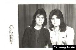 """Xoşqədəm Hidayətqızı (sağda): """"Naxçıvan Dövlət Universitetində oxuyarkən: Otaq yoldaşım Leyli. O illərin ən unudulmaz xatirəsidir, bu şəkil"""""""