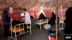 مداوای شماری از موارد مشکوک به ابتلا به وبا در یک درمانگاه صحرایی در یمن
