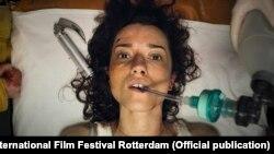Ханна, героиня фильма, попала в автокатастрофу и оказалась в украинской больнице