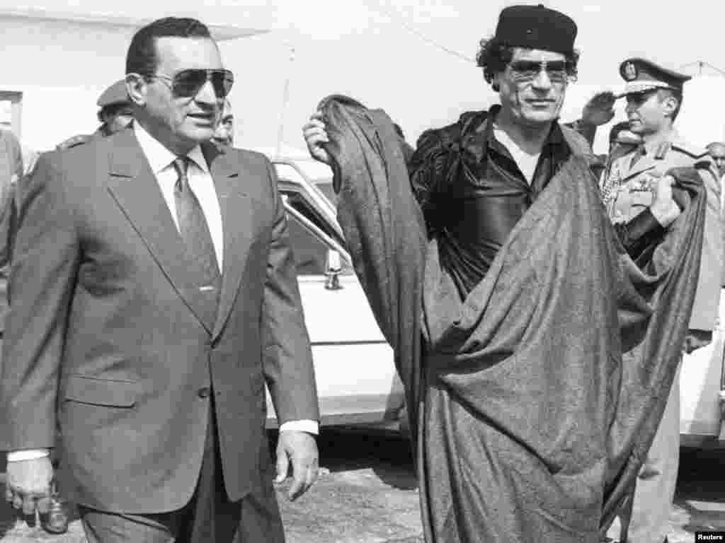 Mubarak meets Libyan Leader Muammar Qaddafi at the Egyptian border city of Mersa in October 1989.