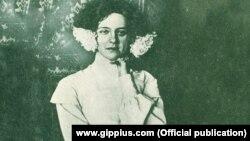 Зинаида Гиппиус дома в своем кабинете, 1903 год