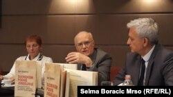 Promocija knjige Raifa Dizdarevića (u sredini) u Sarajevu
