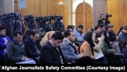 آرشیف، شماری از خبرنگاران در یک نشست خبری در کابل