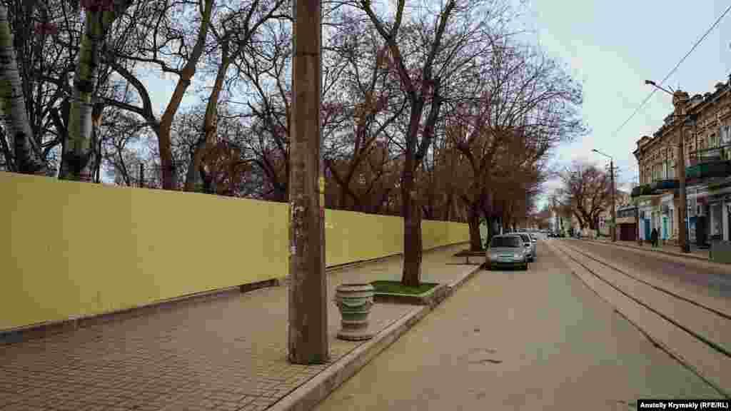 Будівельний паркан тягнеться уздовж вулиці Революції