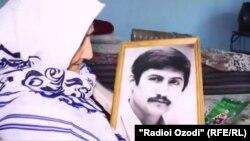 Ниҳолбӣ Носирова бо акси писараш Искандари Хатлонӣ