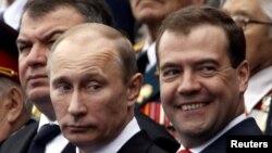 Владимир Путин (слева) и Дмитрий Медведев работают вместе уже 20 лет