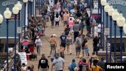Люди на пляжном пирсе в Калифорнии, США. 22 июня 2020 года.
