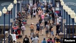 Люди на пляжном пирсе в Калифорнии.