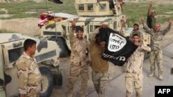 Irak -- Luftëarët irakianë nga forcat pro-qeveritare mbajnë një flamur të Shtetit Islamik në provincën Anbar, 5 maj 2016