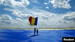 Circ fără pîine: cel mai mare drapel național desfășurat la Clinceni pentru Guinness World Record
