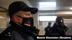 Полицейский в метро Москвы.