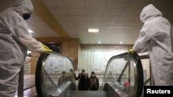 Komunalni radnici dezinficiraju metro u Sofiji, Bugarska, 8. april, 2020.